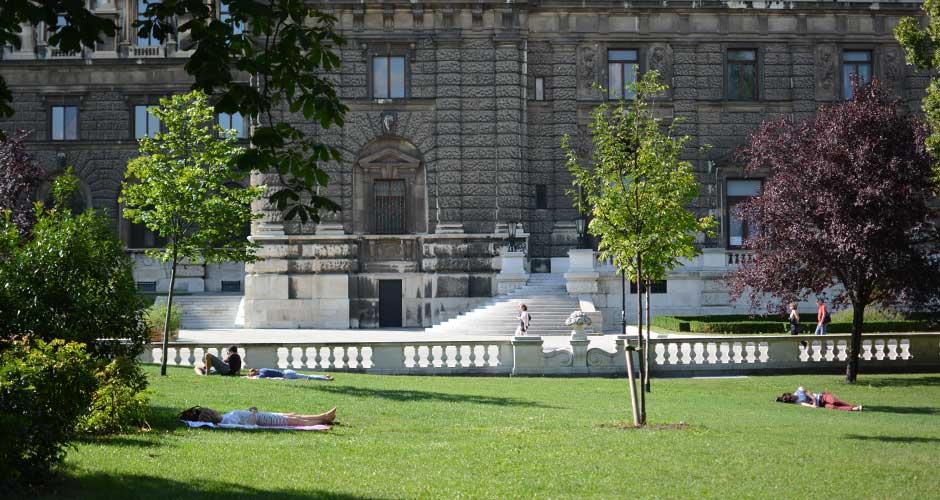 vienna-burggarten-lying-on-grass_940x500
