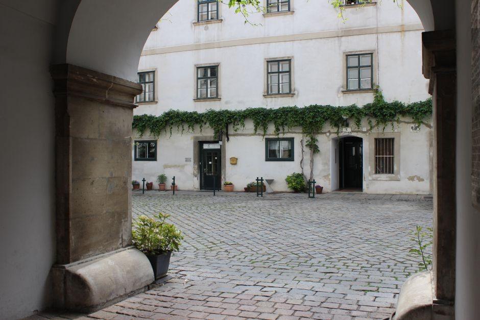 Cobblestone-Vienna-citycenter-Deutschordenskirche-courtyard-940x627